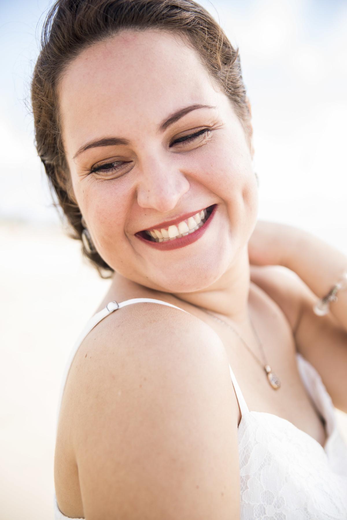 Mulher sorrindo na praia de Boa Viagem em Recife/PE, por Rafaelly Lemos