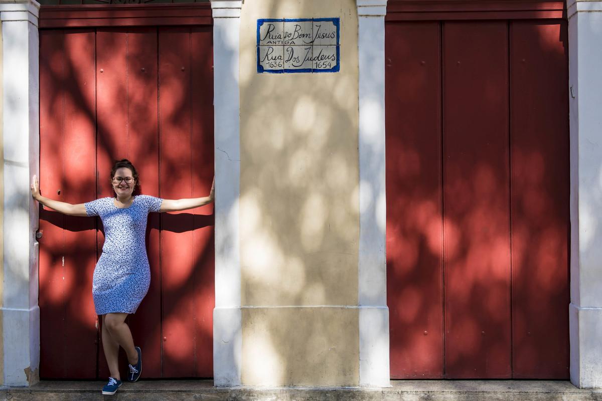 Mulher em um portão da Sinagoga no Recife Antigo, por Rafaelly Lemos