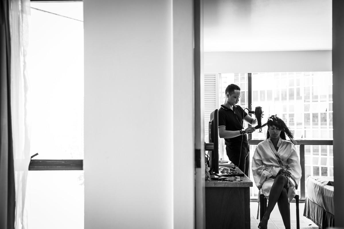 Noiva e cabeleireiro no quarto do Hotel Dorisol,em Piedade - PE, por Rafaelly Lemos
