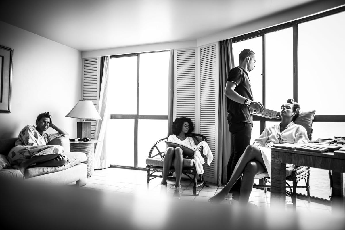 Noiva, mãe da noiva, cabelereira e maquiador no quarto do Hotel Dorisol,em Piedade - PE, por Rafaelly Lemos