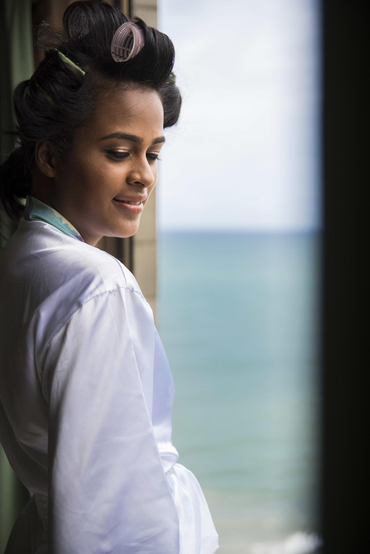 Noiva observando a praia da janela do quarto do Hotel Dorisol,em Piedade - PE, por Rafaelly Lemos