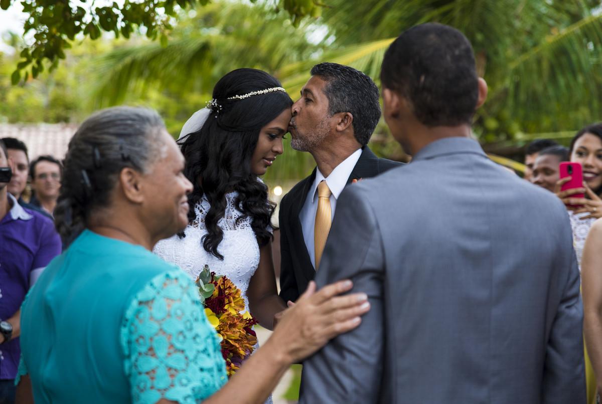Beijo do pai da noiva na noiva no Pier 31 em Barra de Jangada - PE, por Rafaelly Lemos