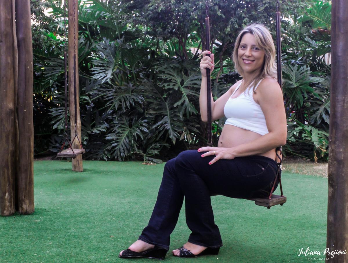 mulher gestante sentada em um balanço