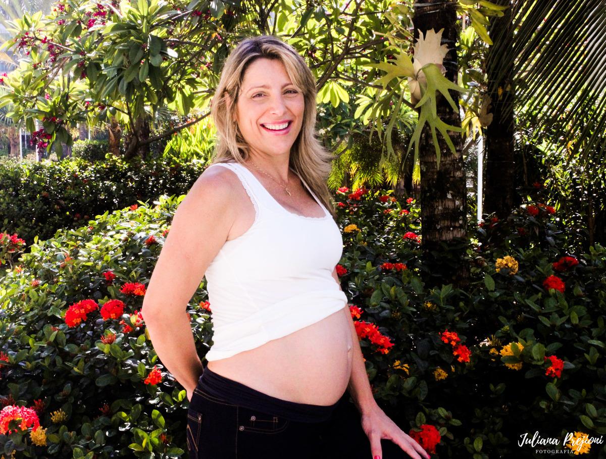 mulher gestante sorrindo no jardim