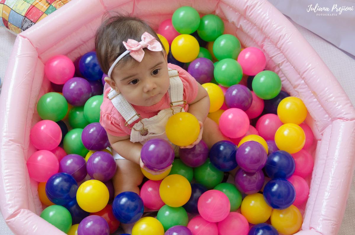 bebê brincando na piscina de bolinhas