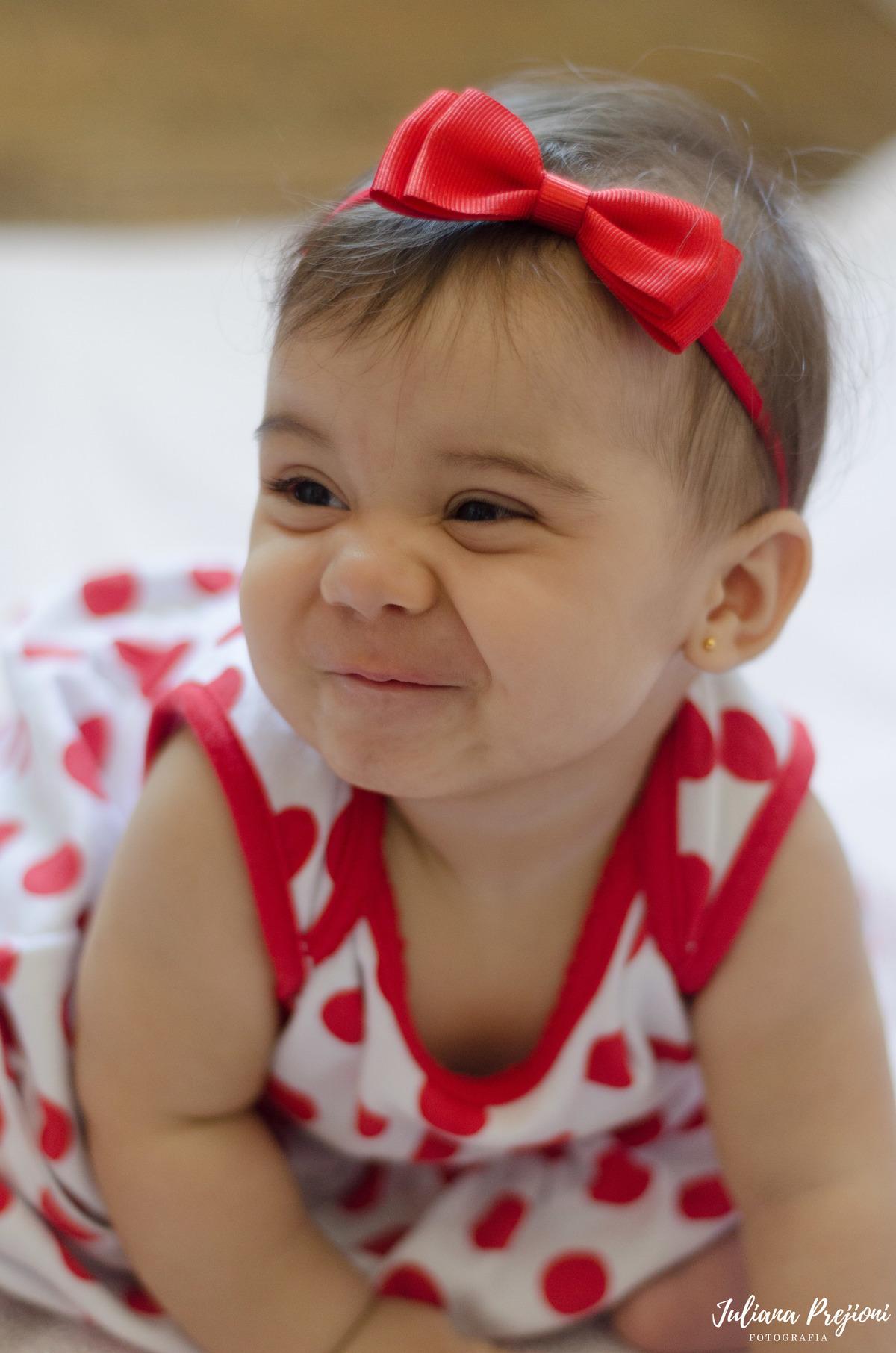 bebê brincando no chão e sorrindo