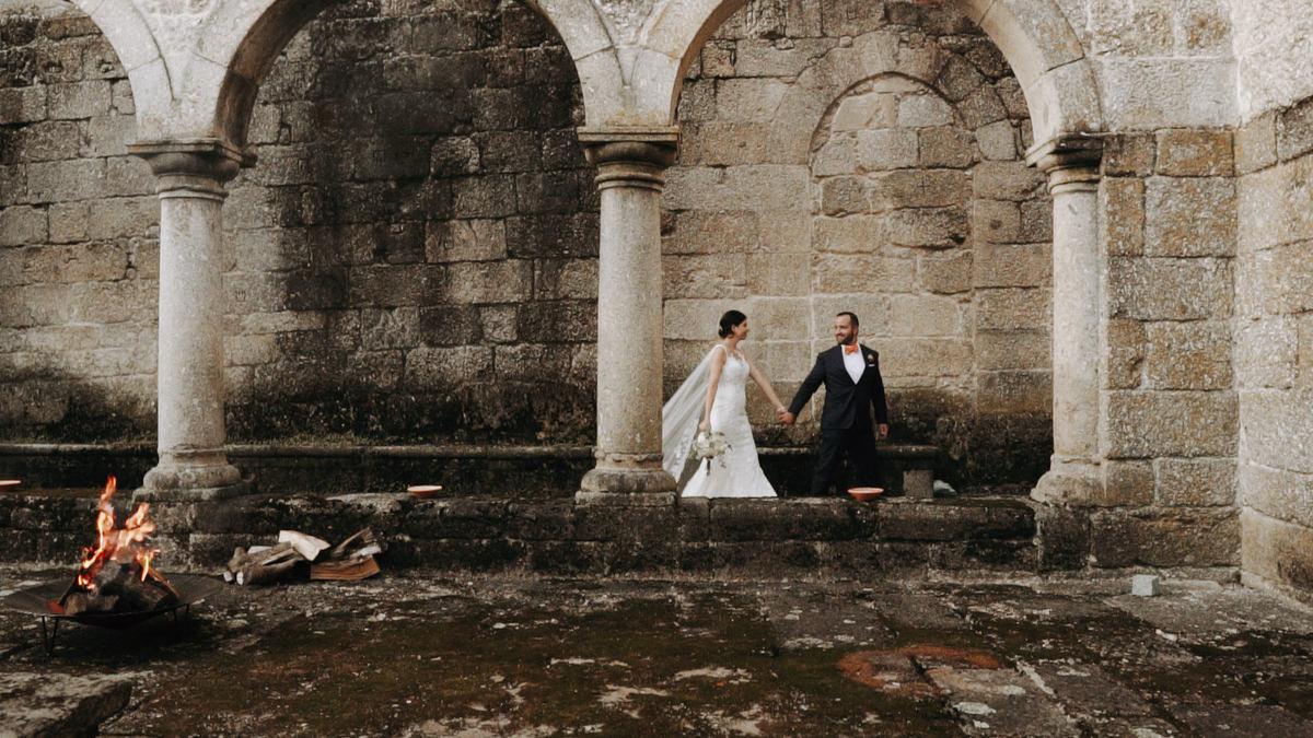 Imagem capa - Wedding at a cloister with a ceremony under the orange trees | Pousada Mosteiro de Amares por Feel Creations - Wedding Photo & Film