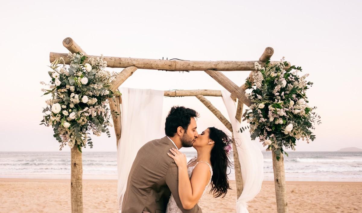 Imagem capa - Casamento Pé na Areia em Búzios: O que Você Precisa Saber por EF Cerimonial