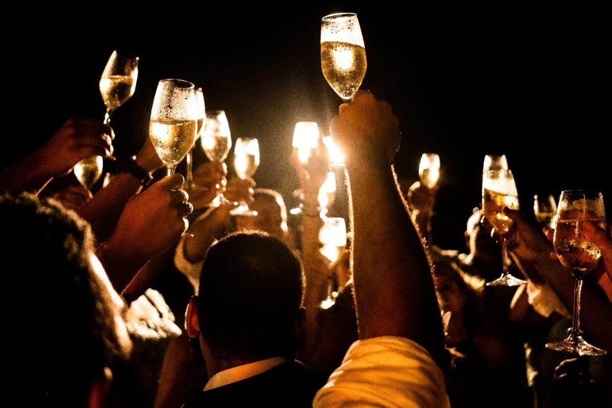 Imagem capa - Guia Para Comprar as Bebidas de Casamento por EF Cerimonial