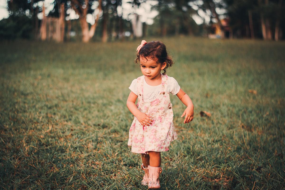 Criança correndo no campo