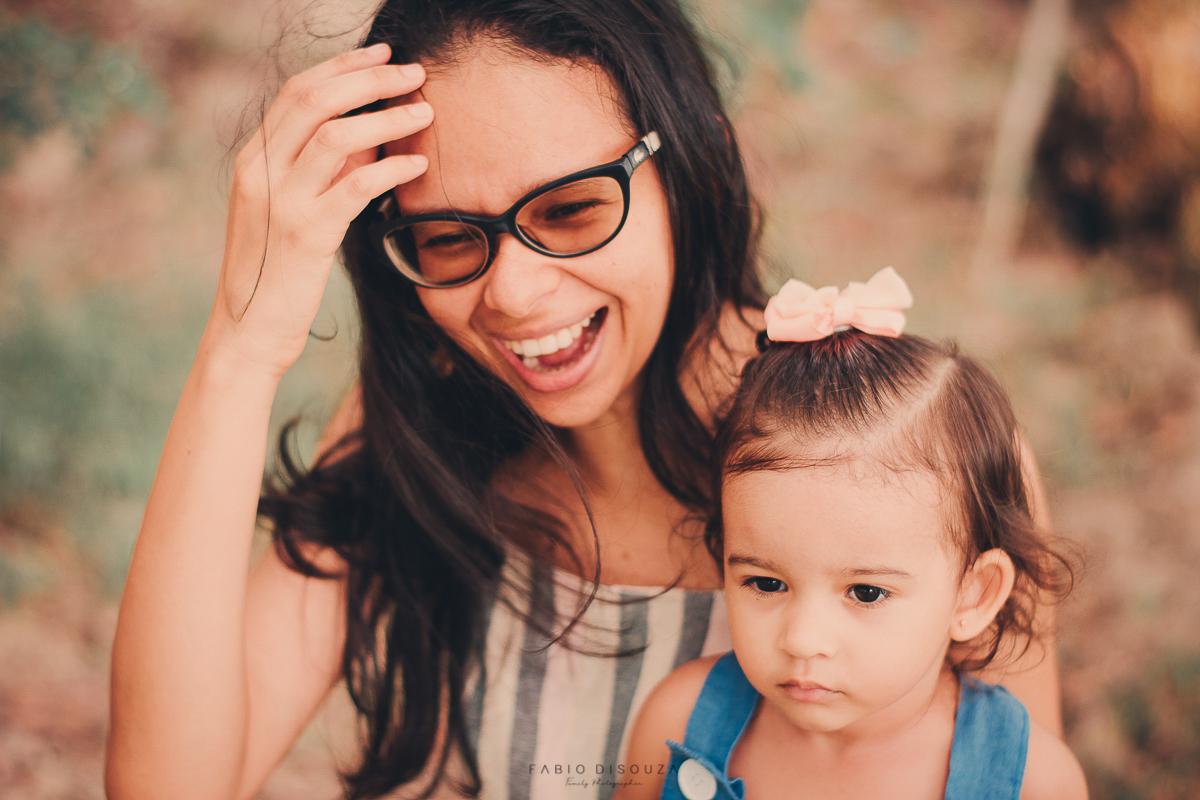 Ensaio fotográfico espontâneo de mãe e filha.