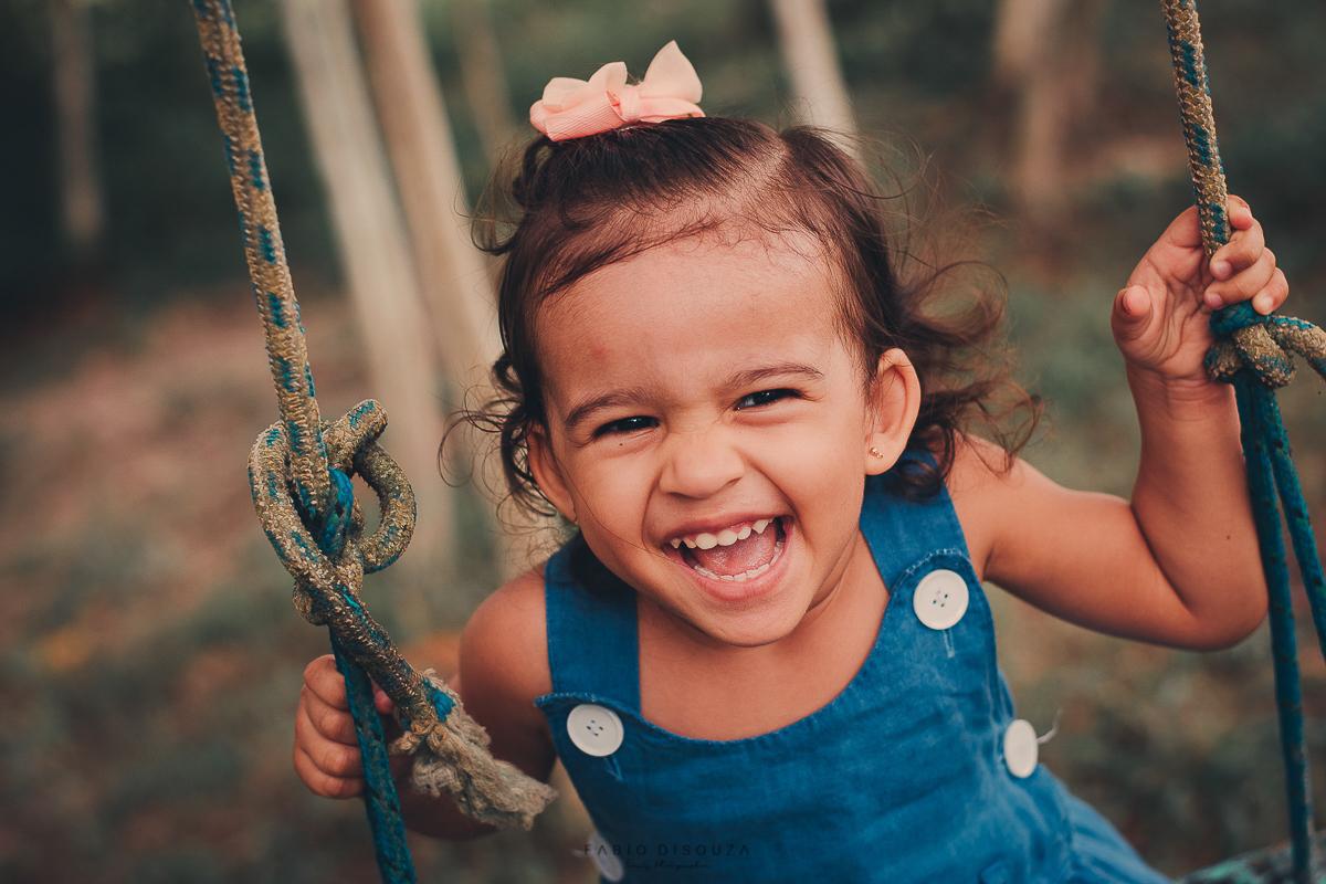 Criança feliz no balanço