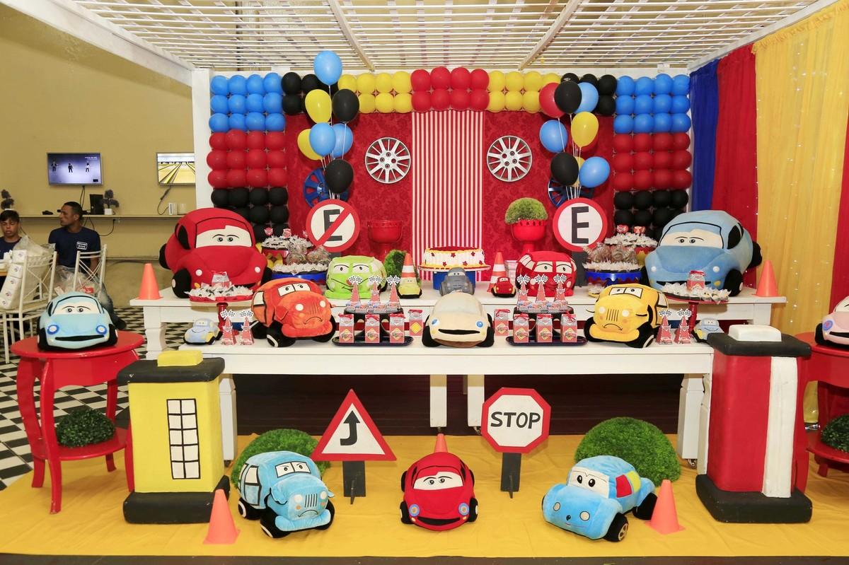 decoração de festa infantil com tema Carros no Buffet Castelo Encantado pela fotógrafa de aniversários Karina Cleto