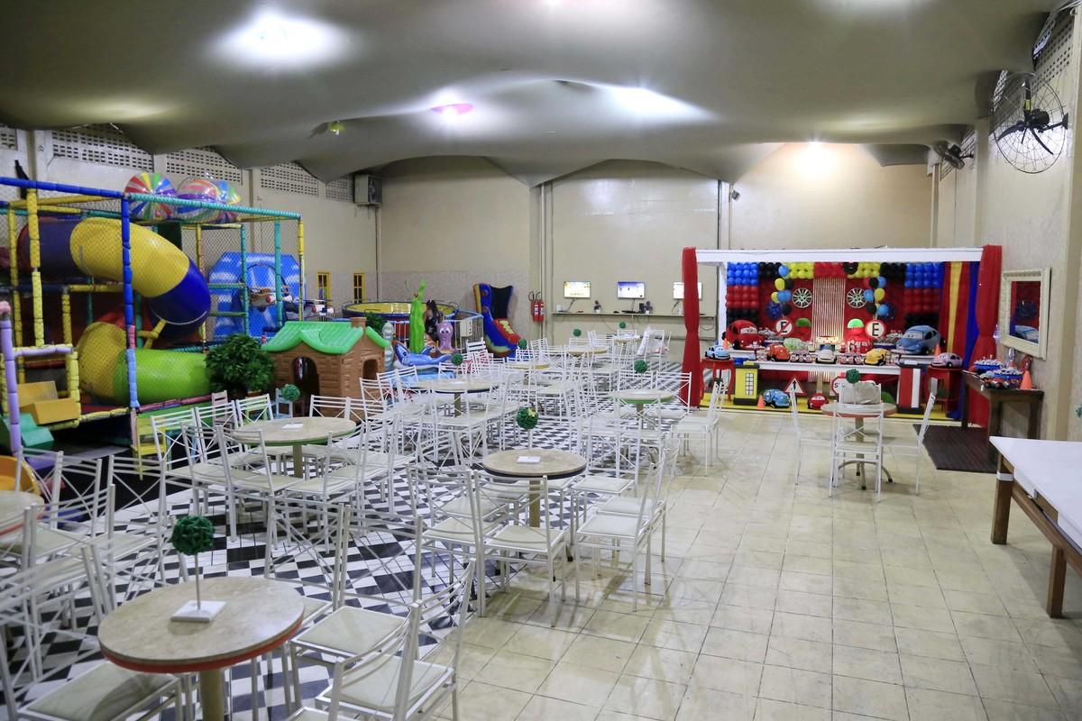 Espaço Interno da decoração de festa infantil com tema Carros no Buffet Castelo Encantado pela fotógrafa de aniversários Karina Cleto