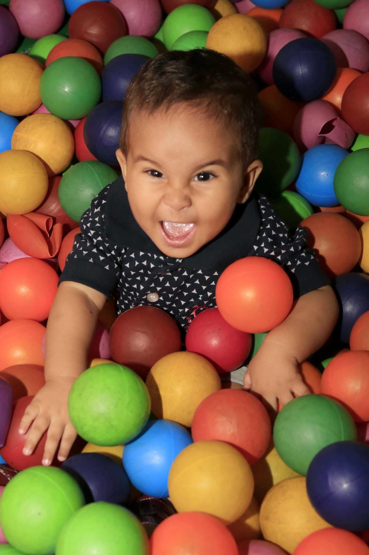Cara de sapeca, fotografando as emoções sempre! Decoração de festa infantil com tema Carros no Buffet Castelo Encantado pela fotógrafa de aniversários Karina Cleto