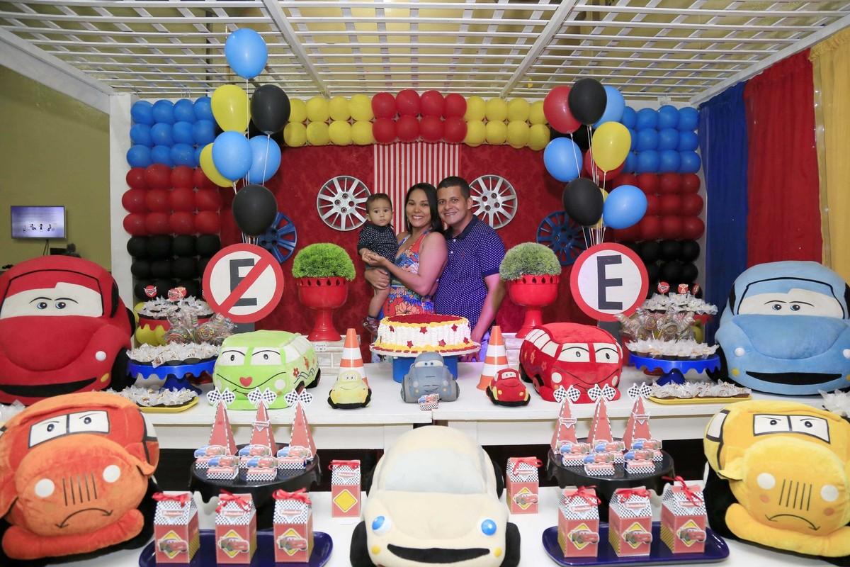 Uma família linda! Decoração de festa infantil com tema Carros no Buffet Castelo Encantado pela fotógrafa de aniversários Karina Cleto