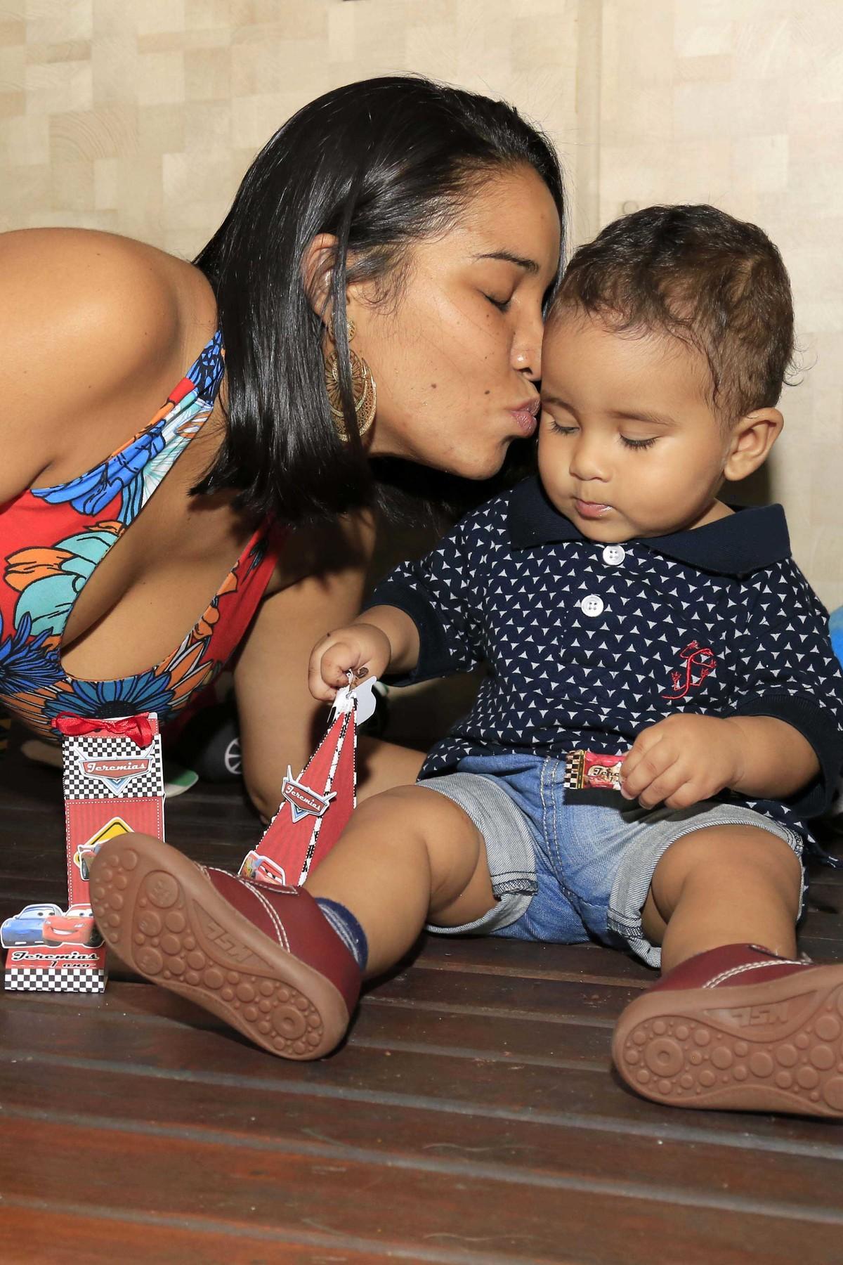 Nada menos que o beijo mais doce!Decoração de festa infantil com tema Carros no Buffet Castelo Encantado pela fotógrafa de aniversários Karina Cleto