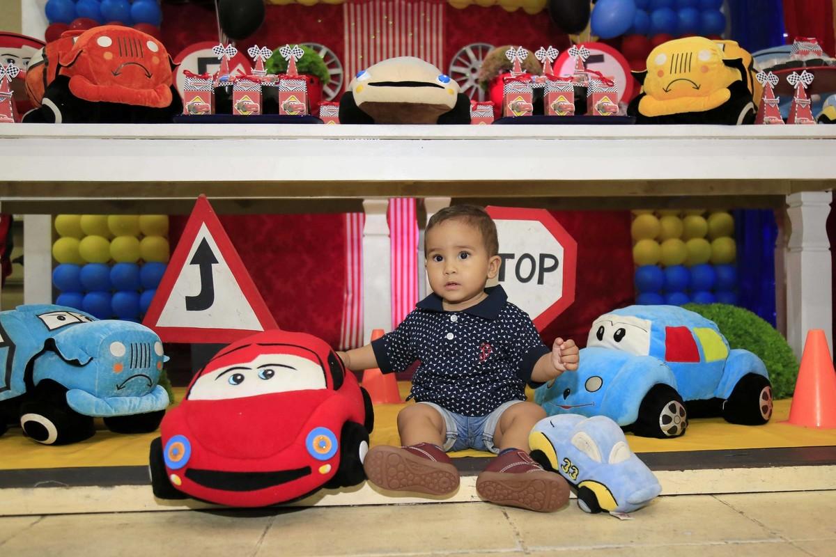 Grudado nos carros. Decoração de festa infantil com tema Carros no Buffet Castelo Encantado pela fotógrafa de aniversários Karina Cleto