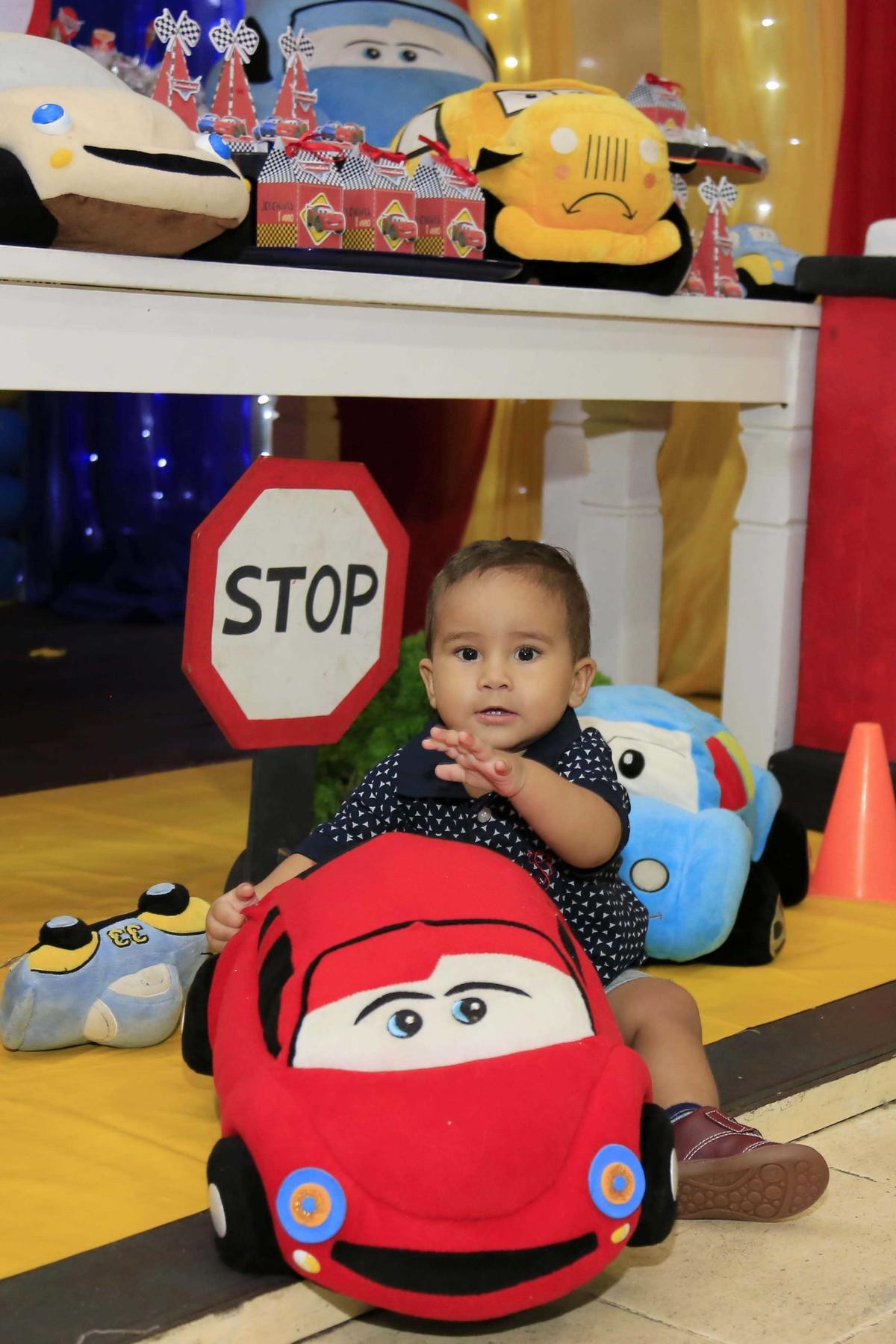 Atenção aos sinais do trânsito!Decoração de festa infantil com tema Carros no Buffet Castelo Encantado pela fotógrafa de aniversários Karina Cleto