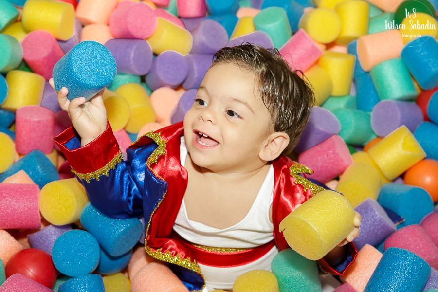 Fotografia infantil em Salvador Bahia, Nicholas na piscina de bolinha,  festa de aniversário infantil