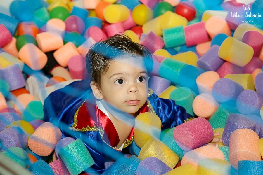 Nicholas brincando no seu aniversáio, Fotografia infantil em Salvador Bahia, festa de aniversário infantil