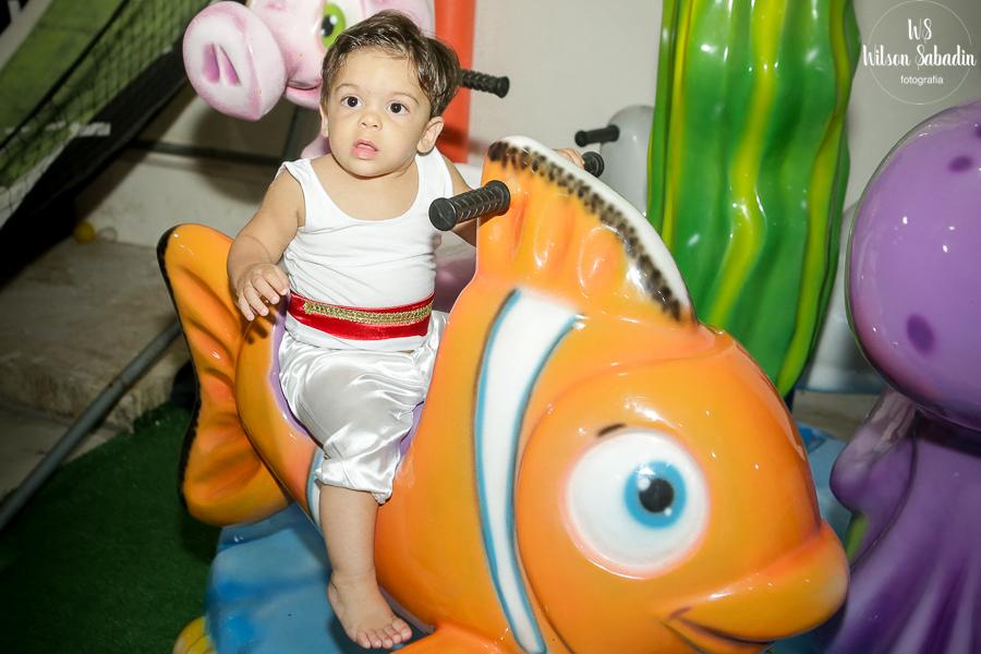 Nicholas no brinquedo colorido, Fotografia infantil em Salvador Bahia, festa de aniversário infantil