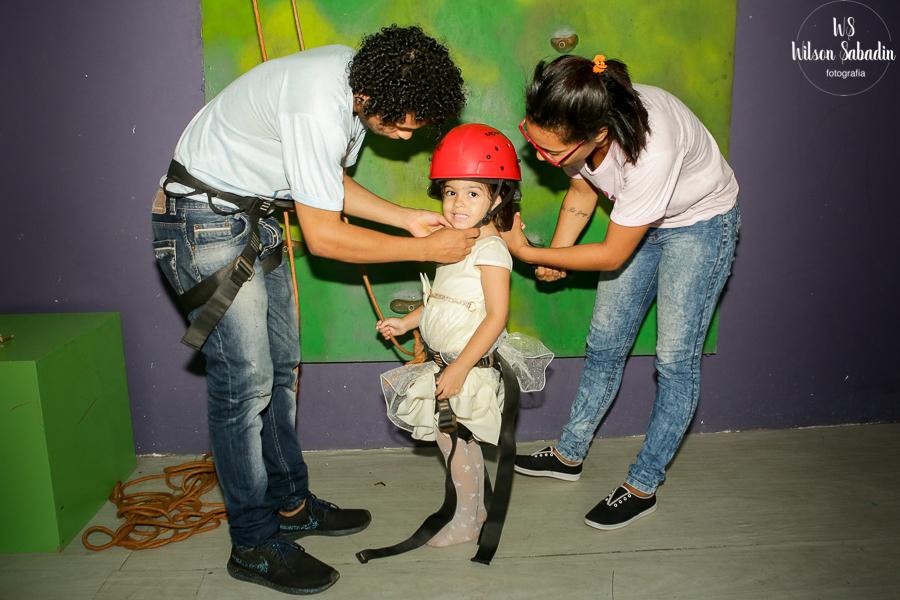 Isabelle vai escalar a parede, Fotografia infantil em Salvador Bahia, festa de aniversário infantil