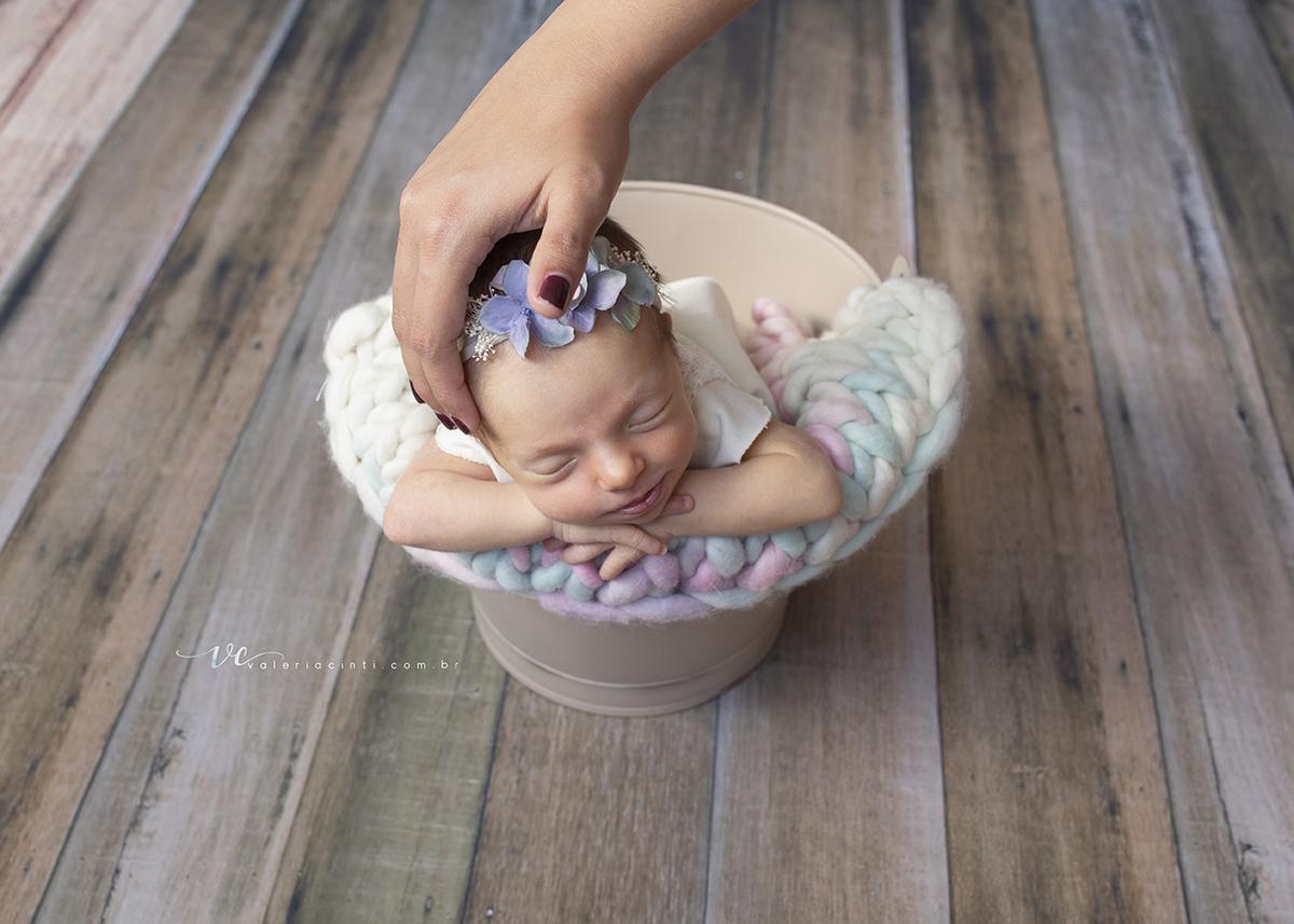 Imagem capa - Cuidados com o bebê durante a sessão NewBorn por Valeria Cinti Fotografia