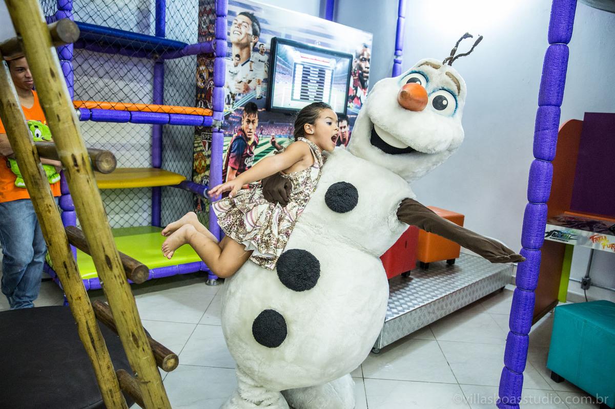 Lara 05 anos, brinquedos little tiger, criança brincando, olaf do frozen