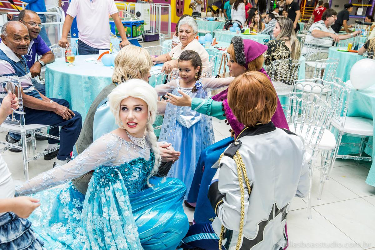Lara 05 anos, brinquedos little tiger, criança brincando, olaf do frozen, personagens frozen, apresentacao de teatro frozen, fotos com os personagens do frozen,