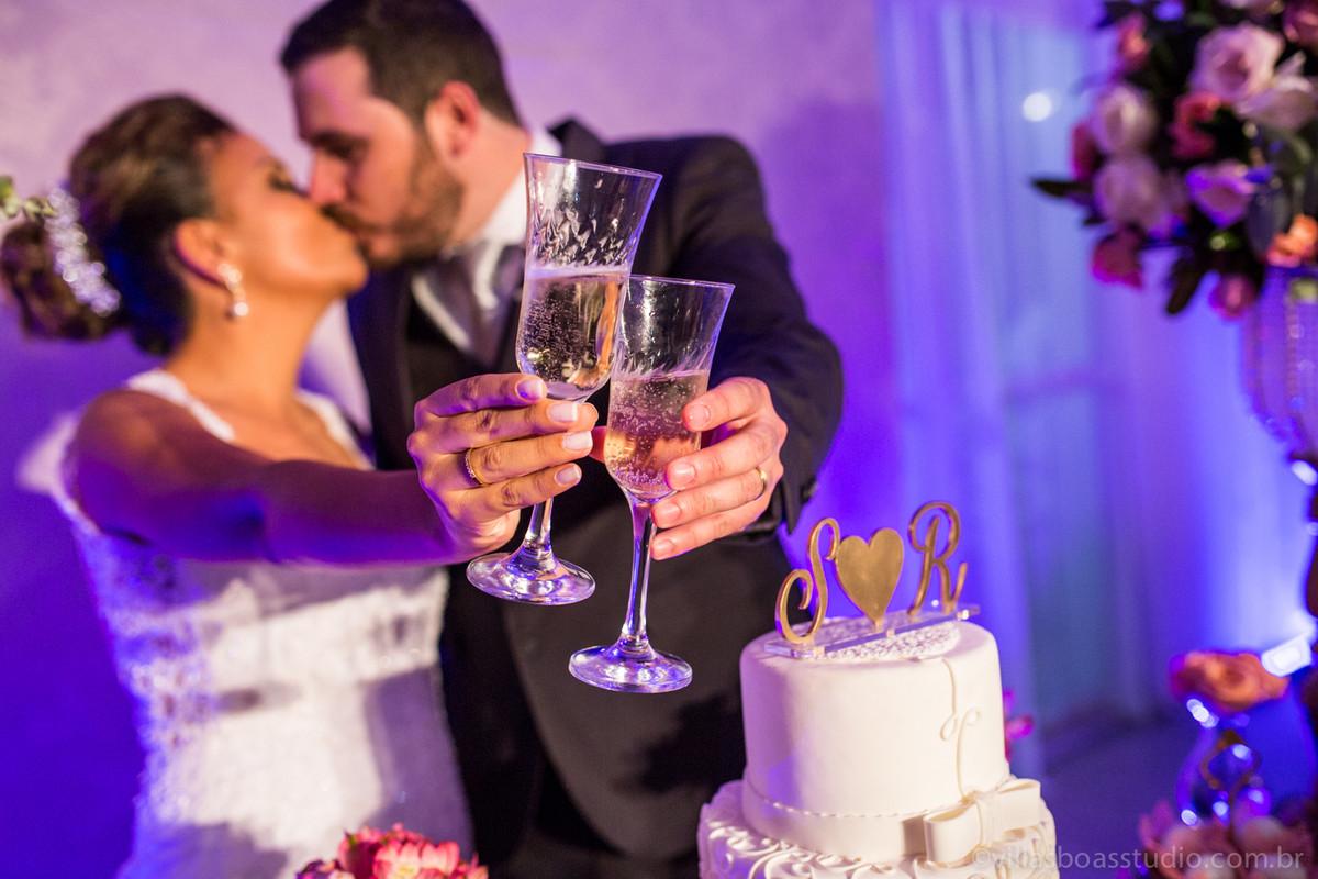 brinde dos noivos, noivos na mesa do bolo, champanhe dos noivos, la capella eventos