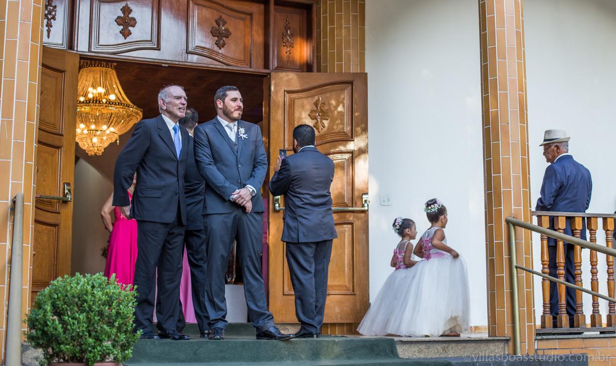 Pai do noivo, avo do noivo , daminhas , porta da Igreja, marcelovillasboas