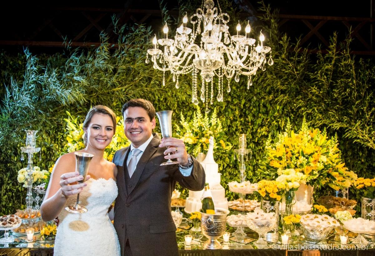 brinde dos noivos, noivos na mesa do bolo, noivo, noiva.