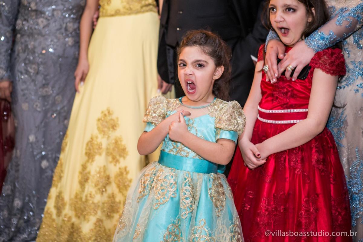 Decoração Trópicos Buffet, aniversario Nermin Saadi, clube de campo de mogi das cruzes, 15 anos, byclara doces finos, entrada e dança da debutante, dançando para os convidados, dançando com a galera, sobrinhas