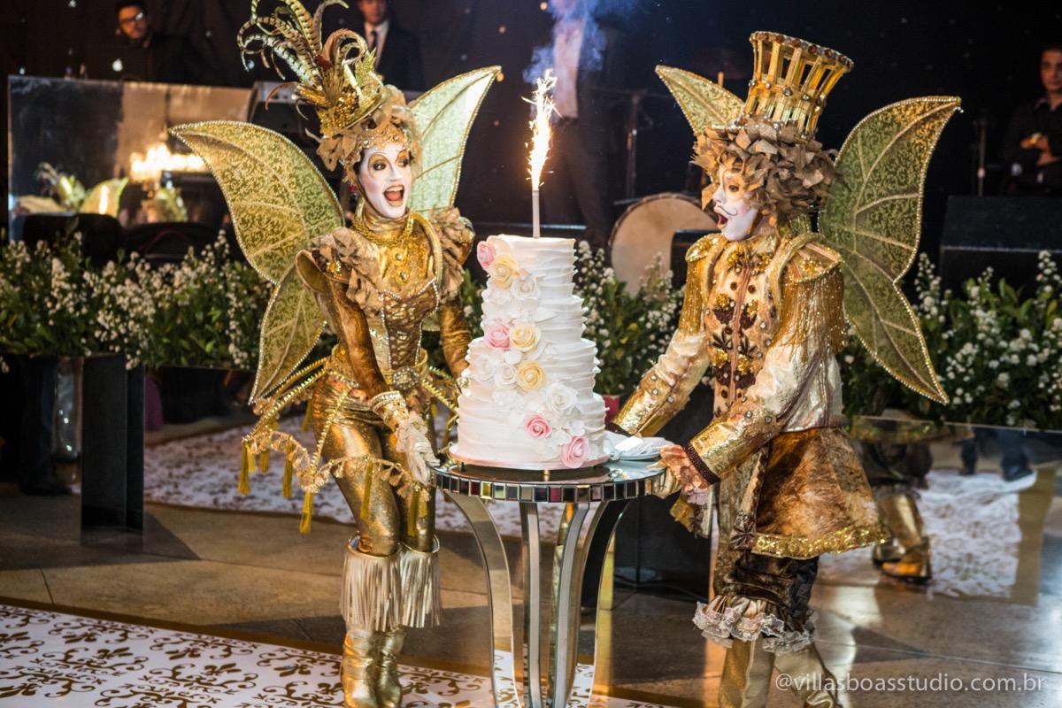 Decoração Trópicos Buffet, aniversario Nermin Saadi, clube de campo de mogi das cruzes, 15 anos, byclara doces finos, entrada e dança da debutante, retrospectiva, olhar atento das irmãs e dos pais, bolo da debutante, par