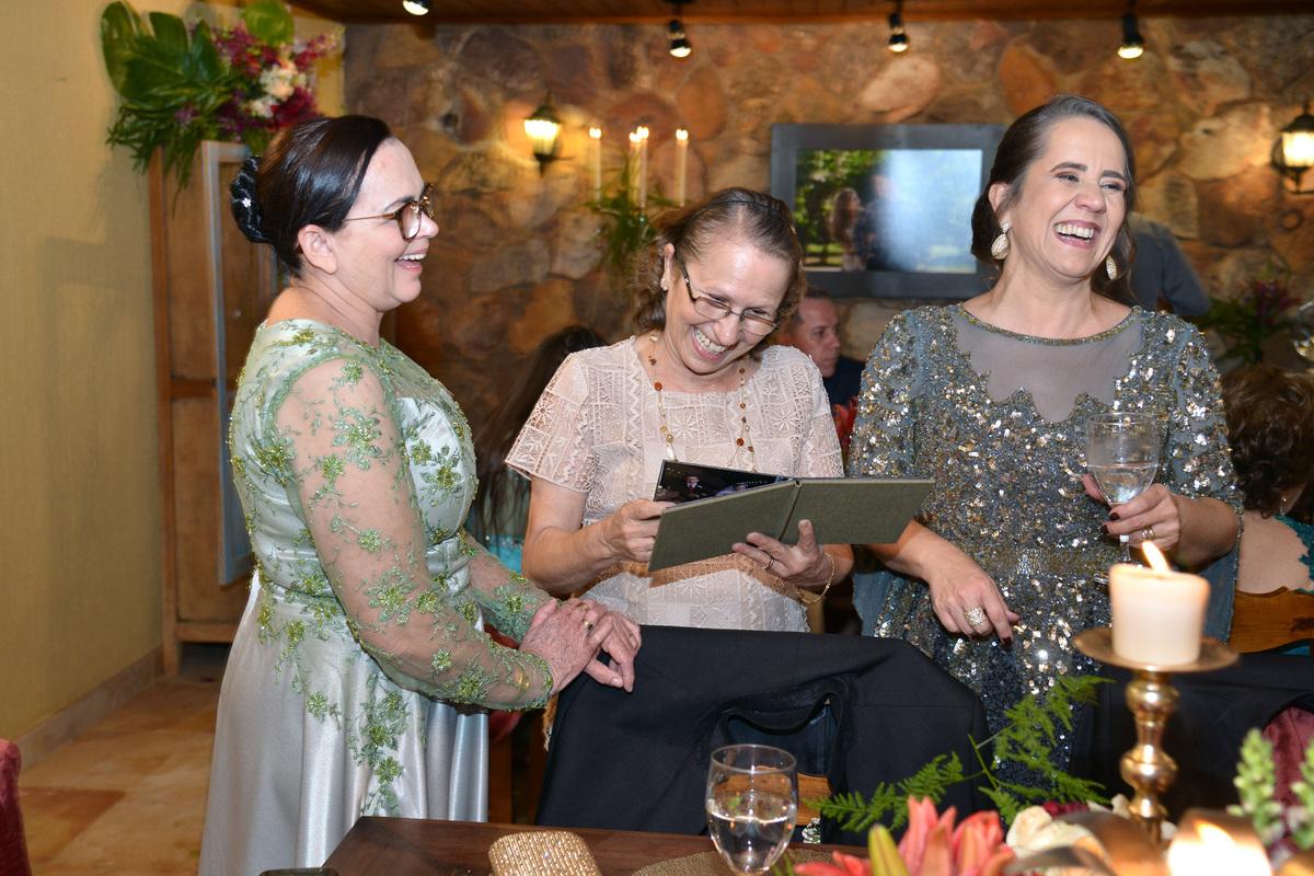 mini albuns fabricados durante o casamento-presente para as mães no dia do casamento da filha