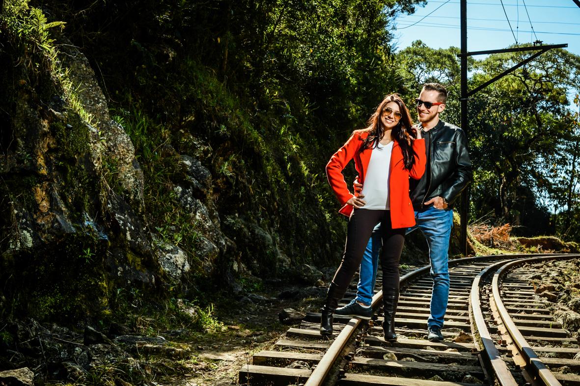 Casal com jaqueta de couro e óculos escuro   feito na linha de trem de Campos de Jordão
