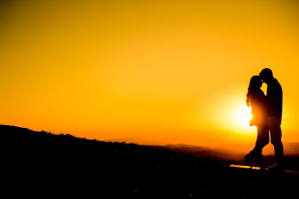 foto do casal junto com um porto do sol lindo em Campos do Jordão