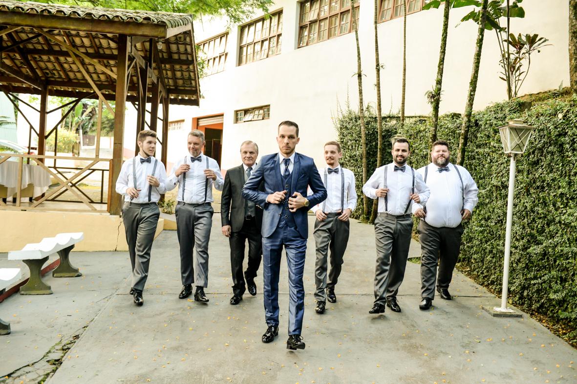 noivo e padrinhos indo para cerimonia