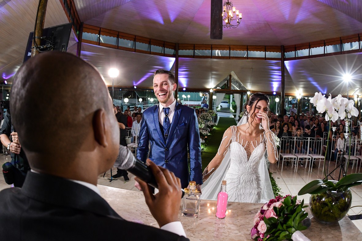 noiva e noivo felizes na cerimonia com sorriso espontâneo
