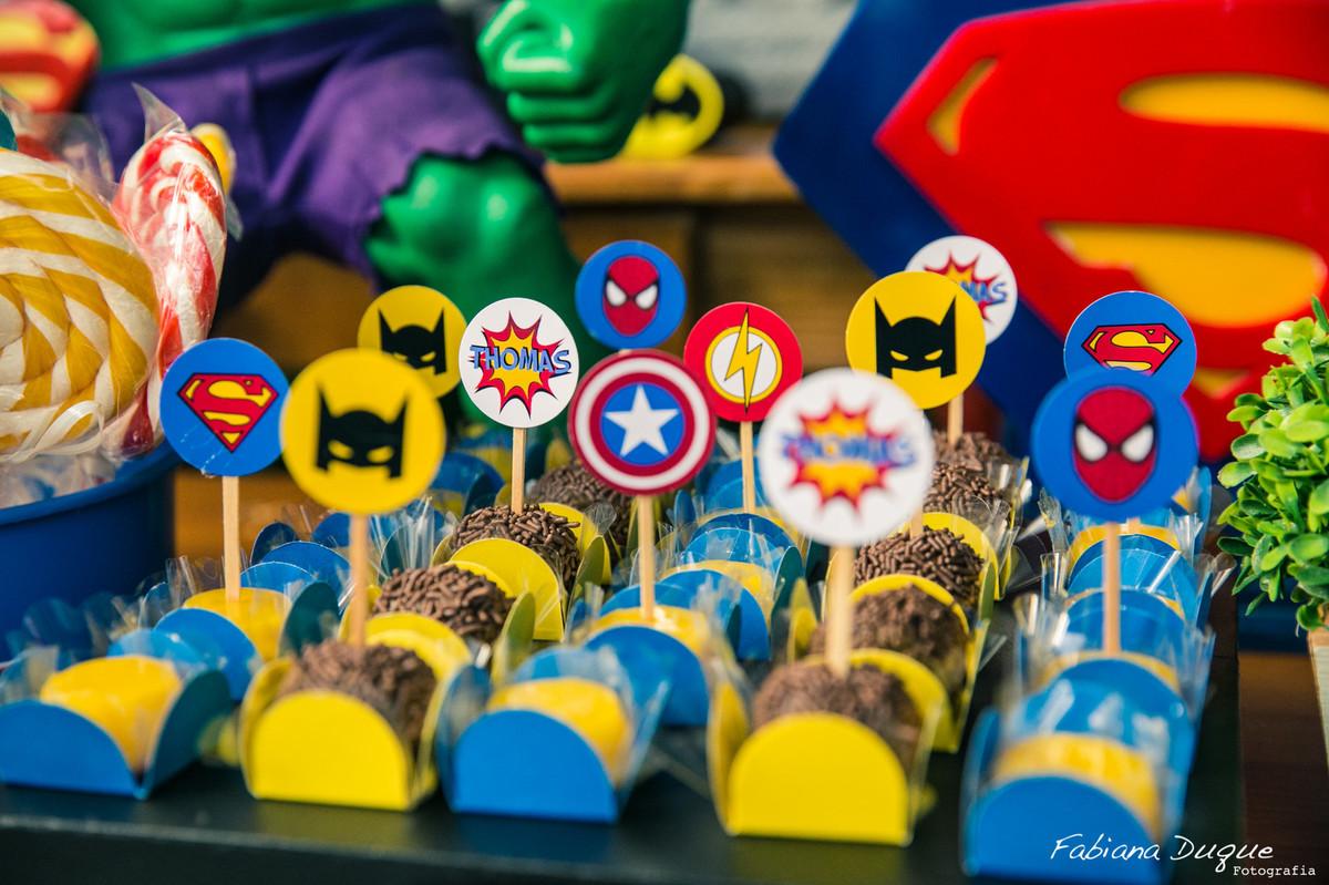 detalhes da mesa de festa infantil super heróis
