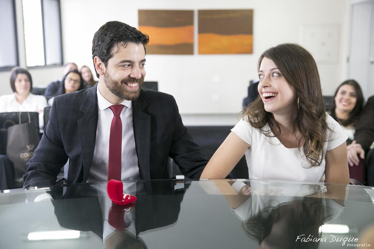 Noivos felizes no casamento civil fotografado por Fabiana Duque Fotografia em São Paulo