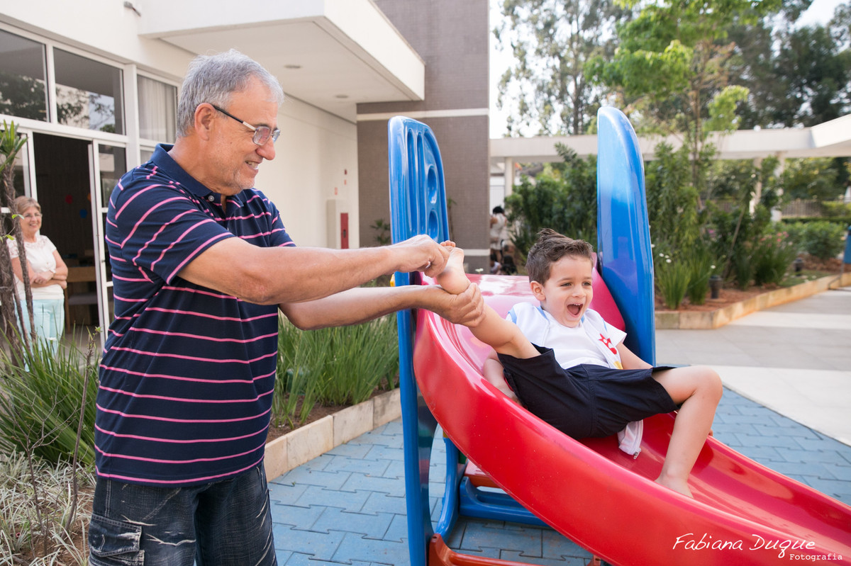 Avô brincando com o neto