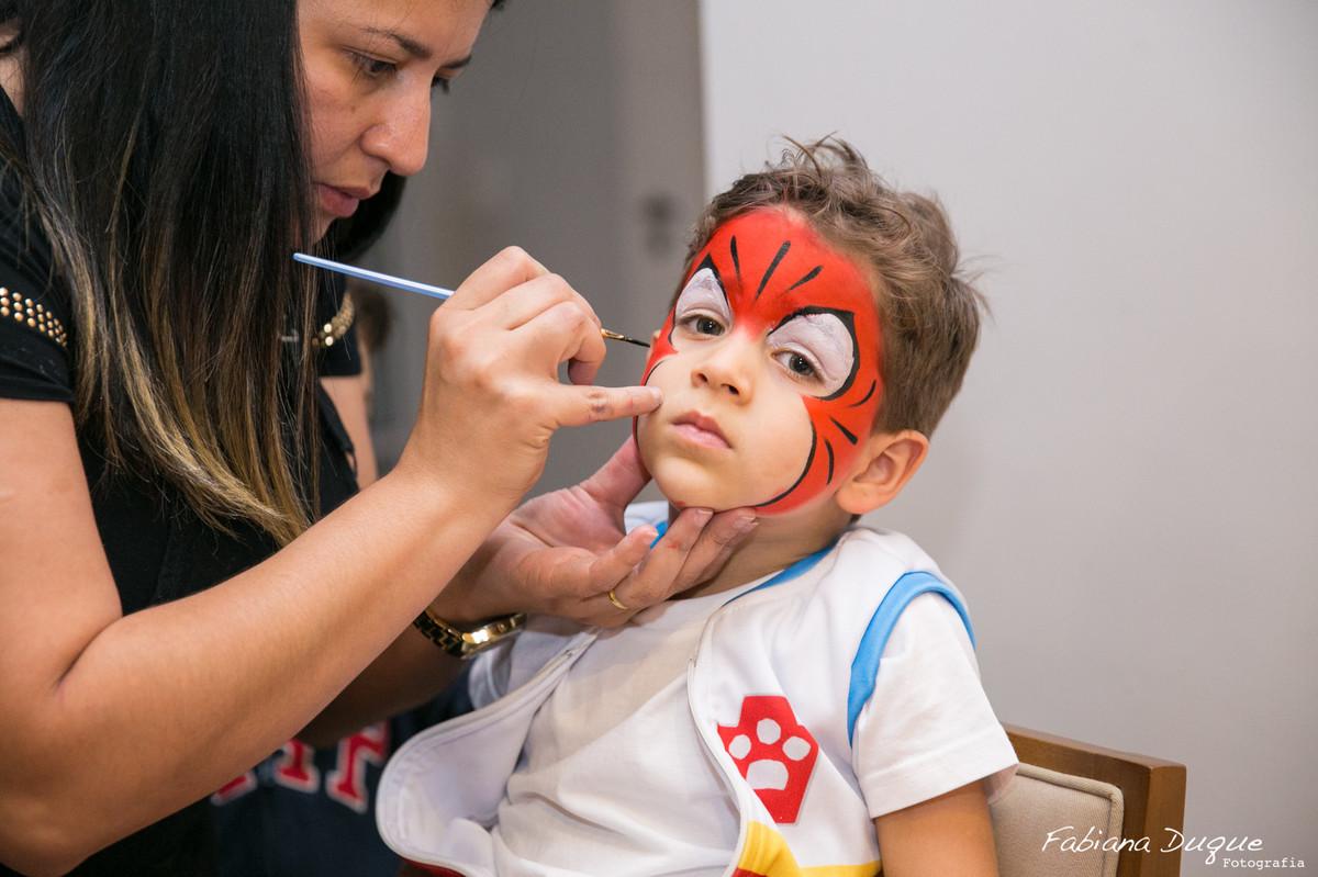 Pintura no rosto de criança