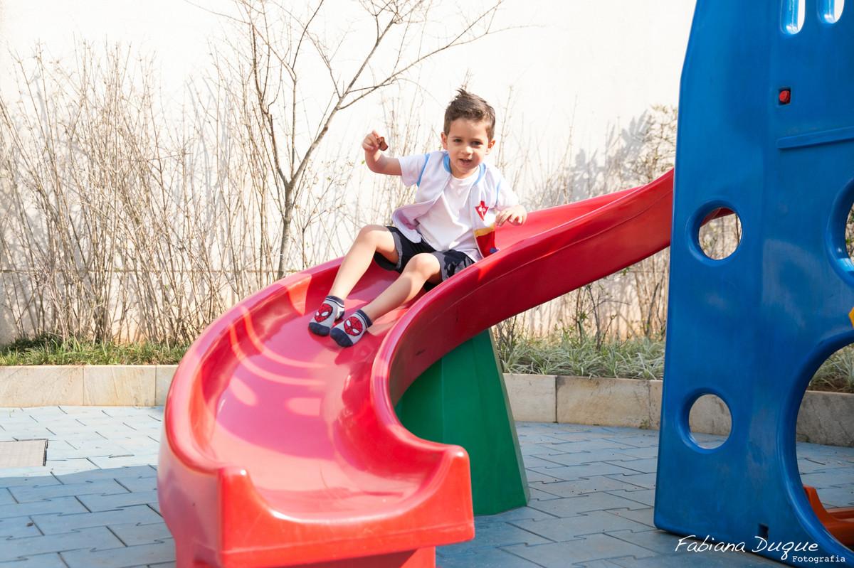 Criança brincando na festa infantil na zona sul fotografado por Fabiana Duque Fotografia