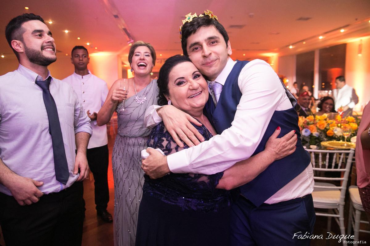 noivo com a mãe na festa de casamento