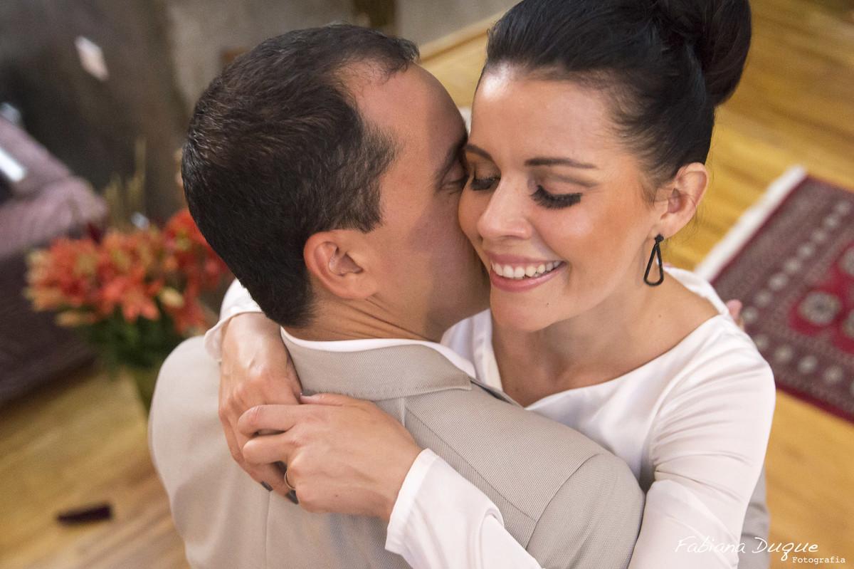 Ensaio dos noivos com fotos espontâneas