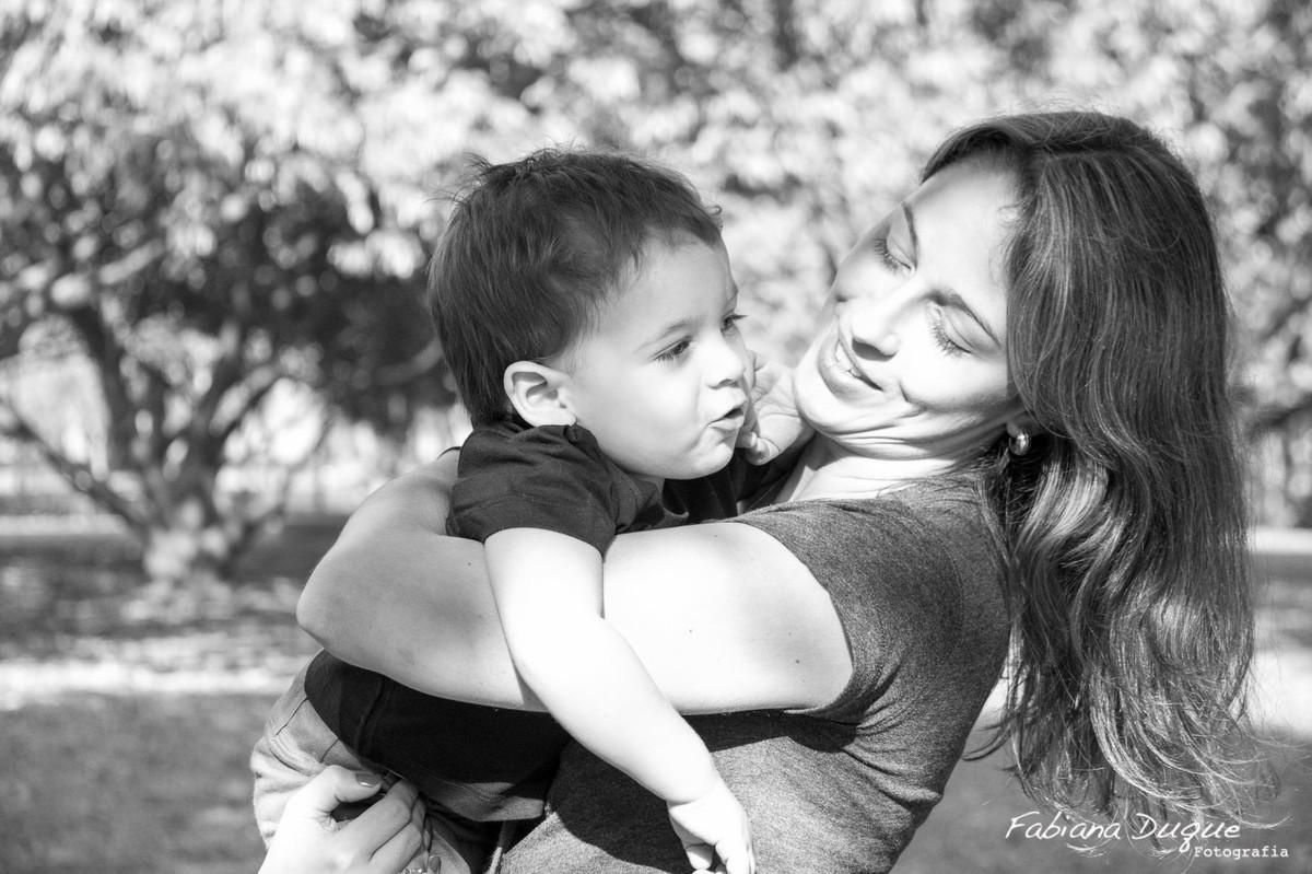 Mãe e filho brincando no parque Villa Lobos - SP