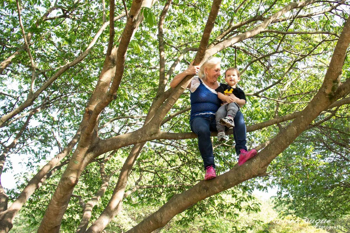 Avó e neto brincando no parque Villa Lobos - SP