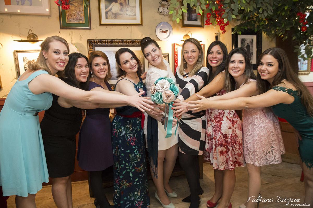 Noiva e madrinhas no casamento